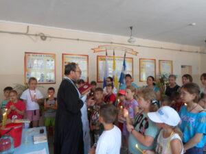 С особыми словами благодарности священник обратился к педагогам и школьникам.